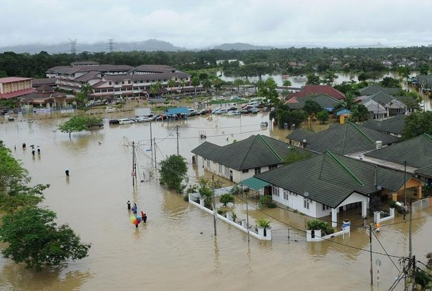 floods in malaysia Malaysia's worst flooding in a decade has forced nearly a quarter of a million people from their homes, officials said today, with the government coming under renewed.