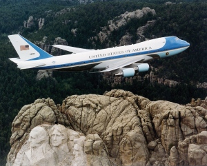 Boeing VC-25 Air_Force_One_over_Mt._Rushmore