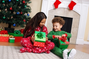 kids-opening-gifts